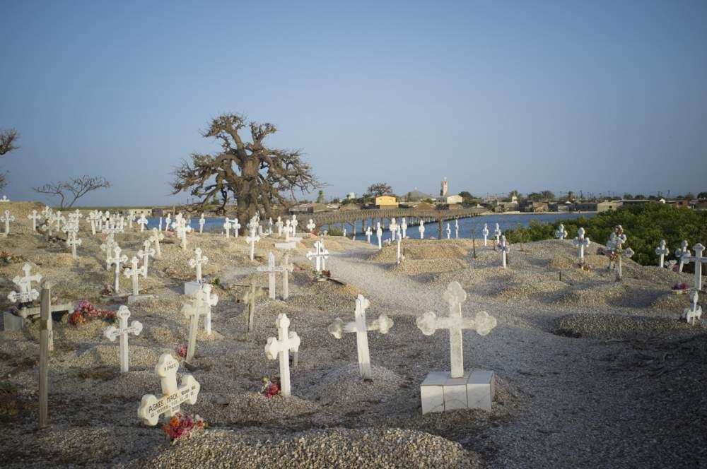 Cimetière de Joal-Fadiouth, où sont réunis catholiques et musulmans, sur une île artificielle entièrement constituée de coquillages, amassés pendant des siècles