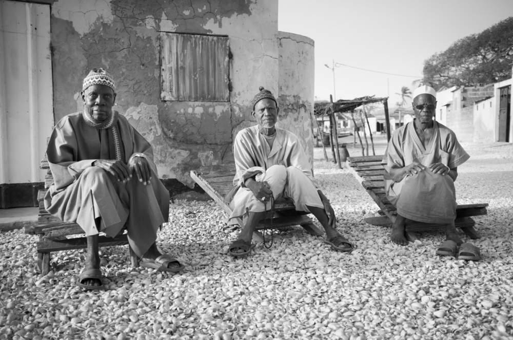 Les hommes se retrouvent en fin de journée pour refaire le monde, à Dionewar, Delta du Sine-Saloum