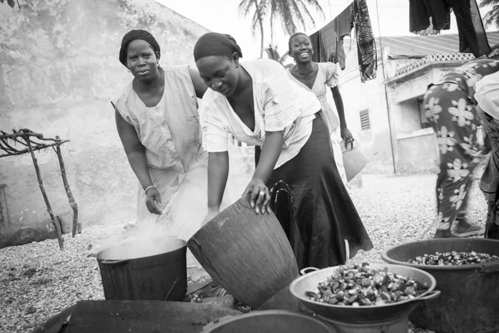 L'activité principale des femmes sur l'île est le ramassage et la transformation des coquillages, Dionewar, Delta du Sine-Saloum