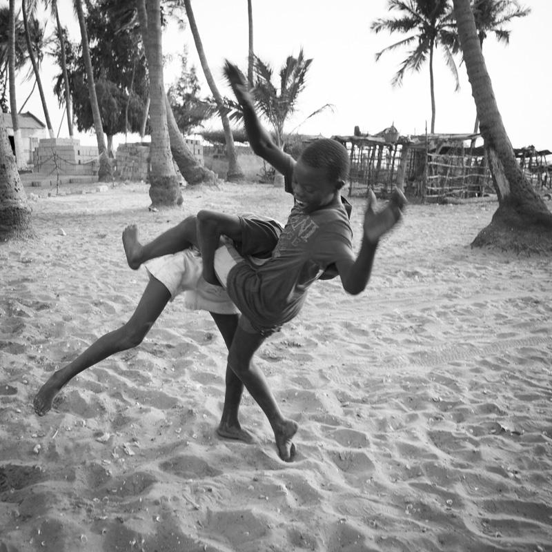 Sur l'île de Dionewar, comme partout au Sénégal, les enfants s'entrainent à la lutte sénégalaise
