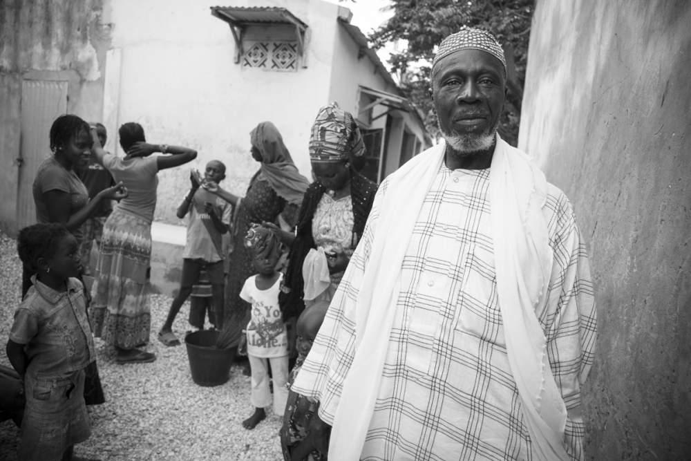 Dans la cour de sa maison, un homme avec ses femmes et ses enfants à Dionewar, Delta du Sine-Saloum