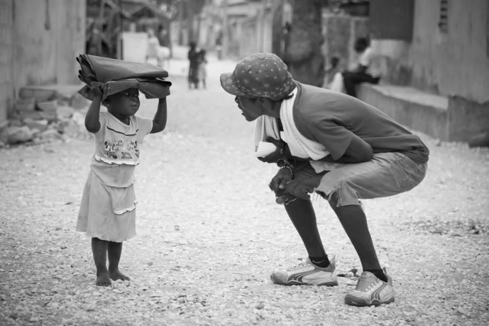 Poulo s'entretient avec une petite fille à Dionewar, Delta du Sine-Saloum