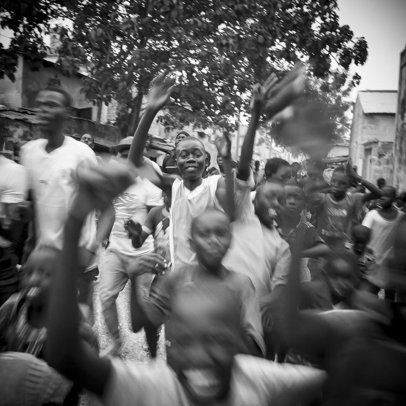 Et parfois un enfant du village gagne un combat là bas à Dakar, scène de liesse aujourd'hui à Dionewar