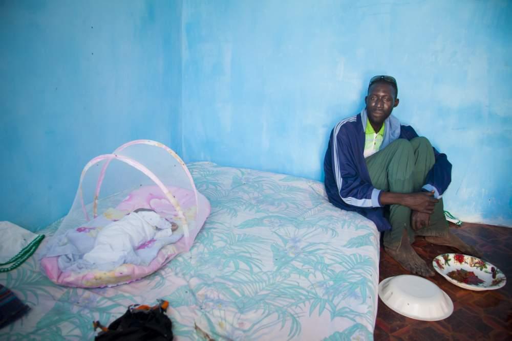 Malick le pêcheur, il vit avec sa femme et 3 de ses 9 enfants dans cette pièce de 10 m2