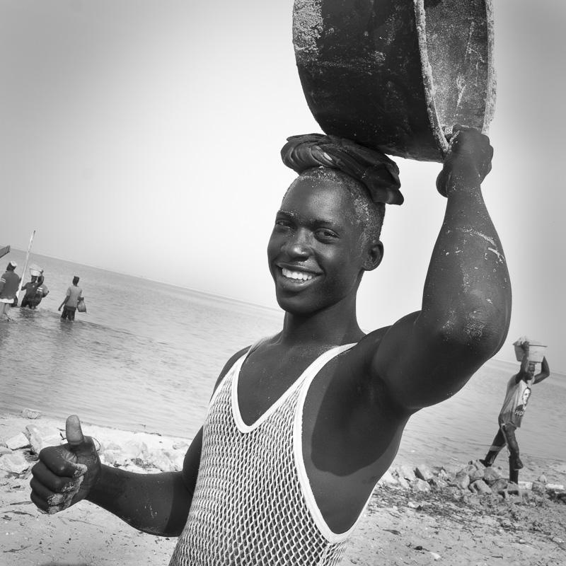 Déchargement d'une pirogue de sable à Dionewar, Delta du Sine-Saloum