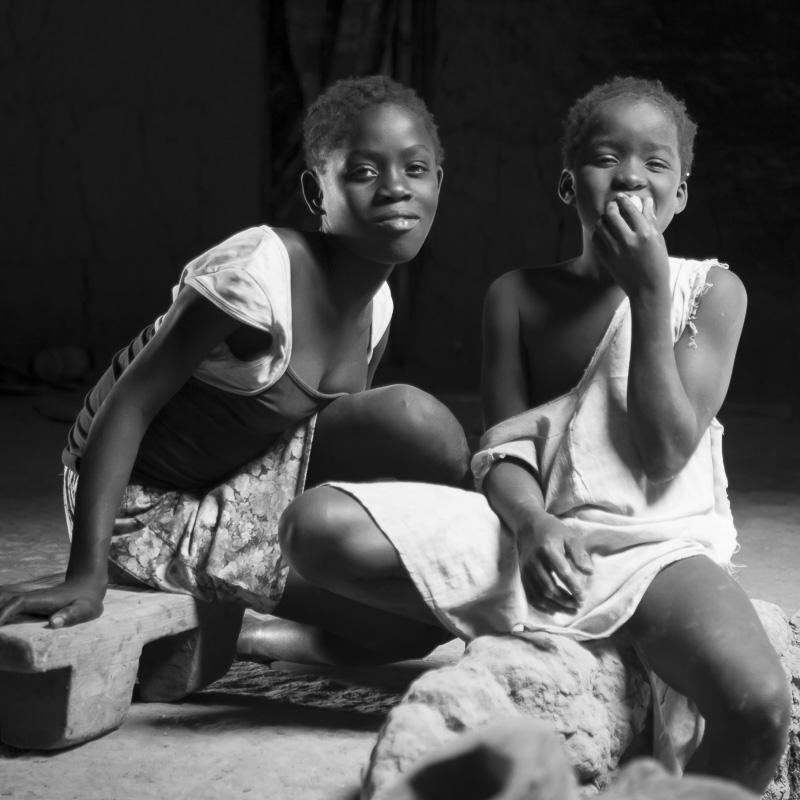 Jeunes filles rencontrées dans une case à impluvium, Bandial, Casamance