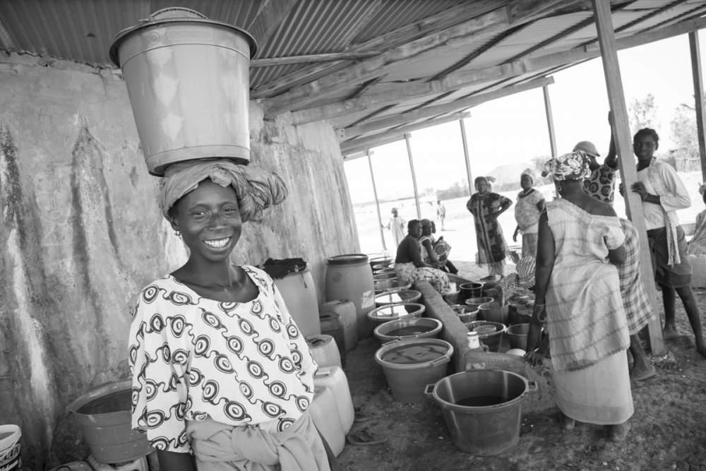 Les femmes se retrouvent chaque jour autour de ce collecteur d'eau pluvial, installé par une ONG, Bandial, Casamance