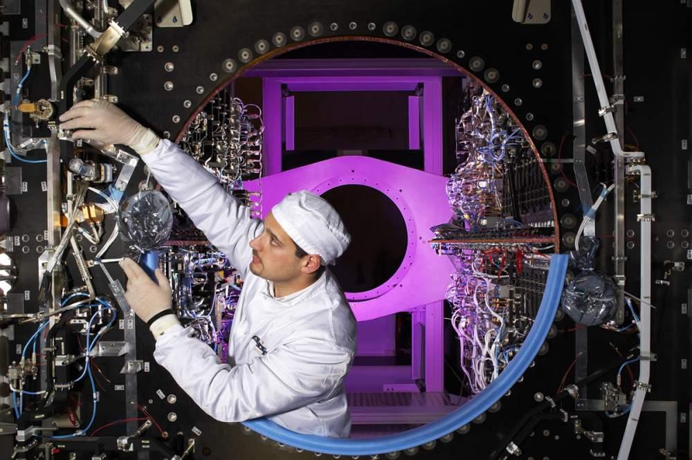 Technicien sur une charge utile de satellite pour Thalès Alenia Space