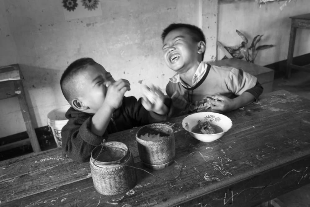 Repas de midi dans une école de brousse