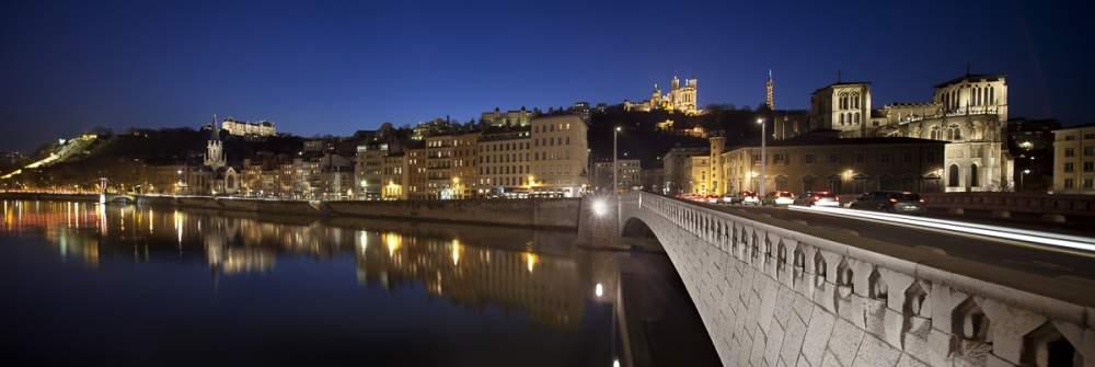 Quartier Saint Jean depuis les quais de Saône avec Fourvière en fon, Lyon