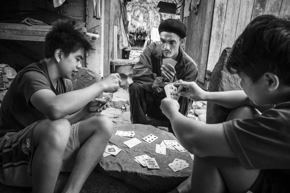 Partie de carte à Cambullo, île de Luzon, Philippines