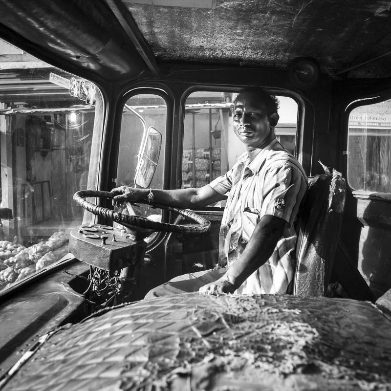 Chauffeur poids lourd dans les ruelles de Colombo