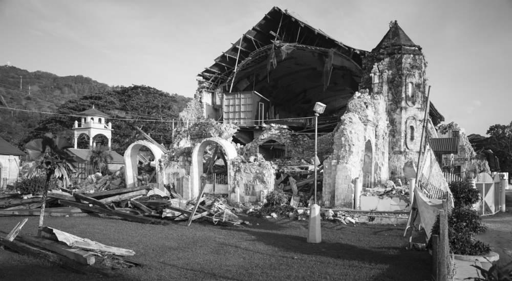 3 mois avant mon arrivée, un séisme d'une magnitude de 7,2 a ravagé Bohol, occasionnant d'énormes dégats dont l'église de Loboc édifiée en 1734. Comble de malchance, un des pires tyhons de ces 50 dernières années balaya les Philippines 15 jours plus tard