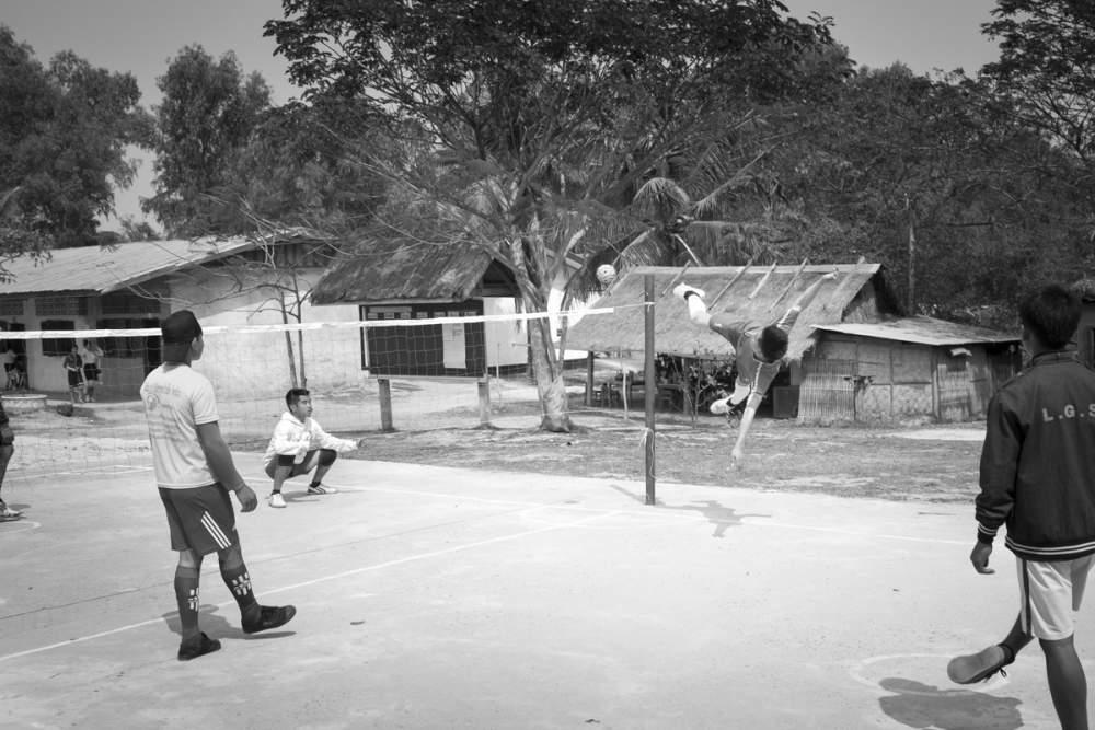 Errigé au rang de sport national, le Kataw est un mixte entre le volley vall et le football et se pratique partout