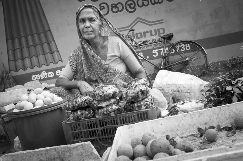 Vendeuse de fruits et légumes au marché, Sri Lanka