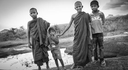 Jeunes moines en pleine brousse, Sigiriya