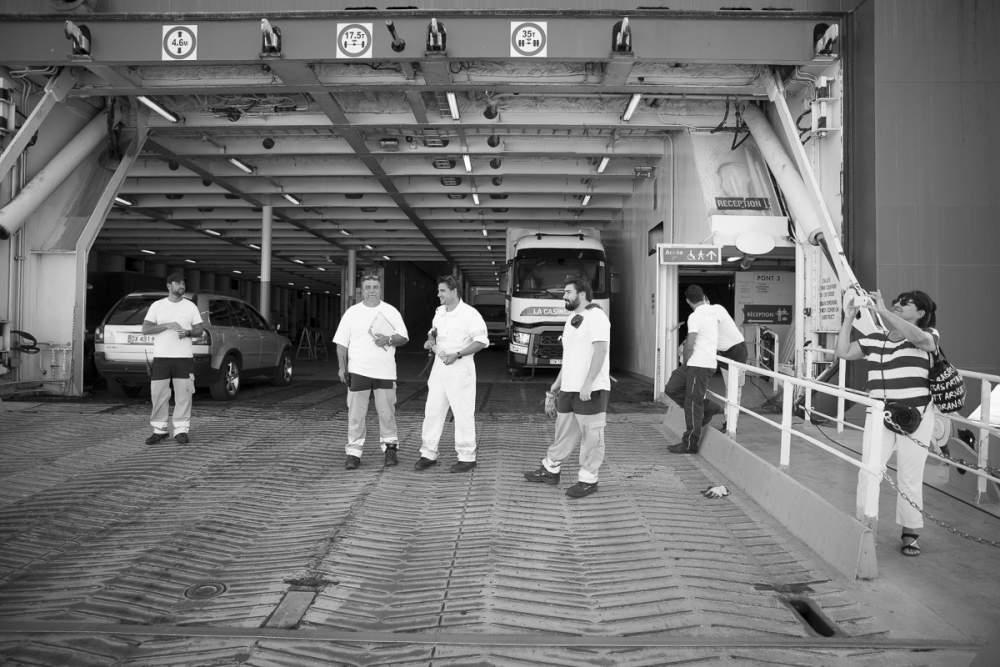 Embarquement à bord du Girolata des véhicules et des passagers