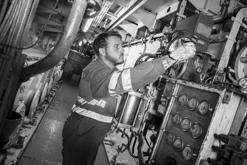 Travaux de maintenance sur les machines pendant l'escale