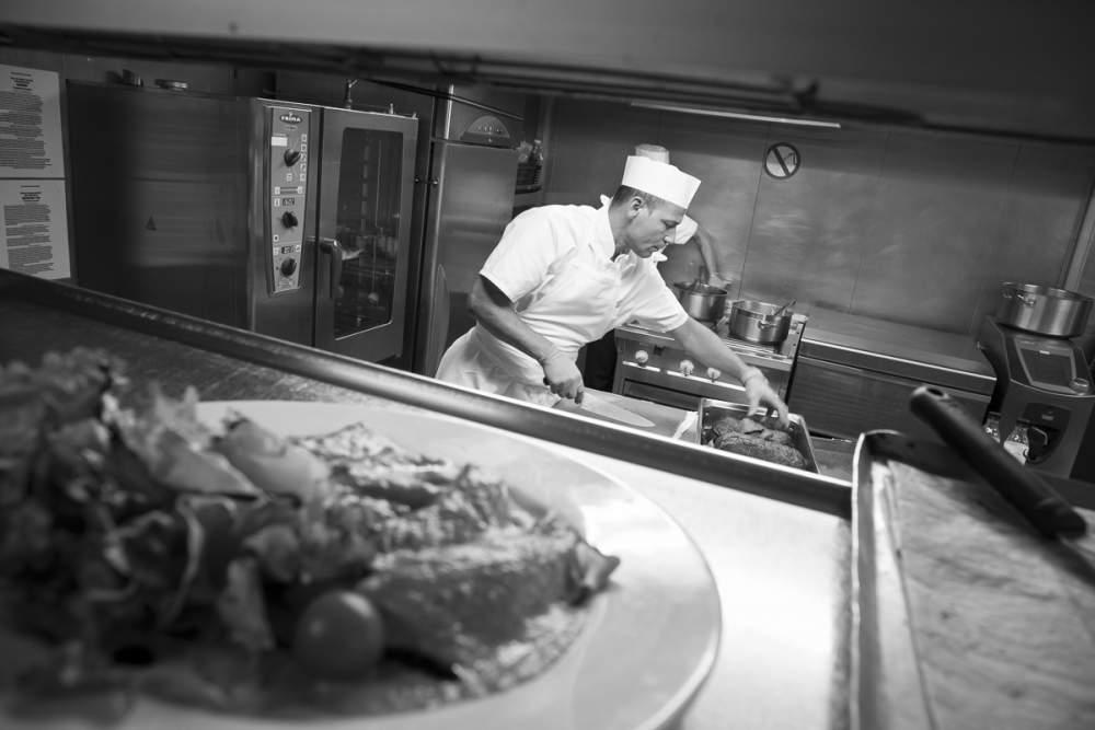 Le chef en est à la préparation des plats
