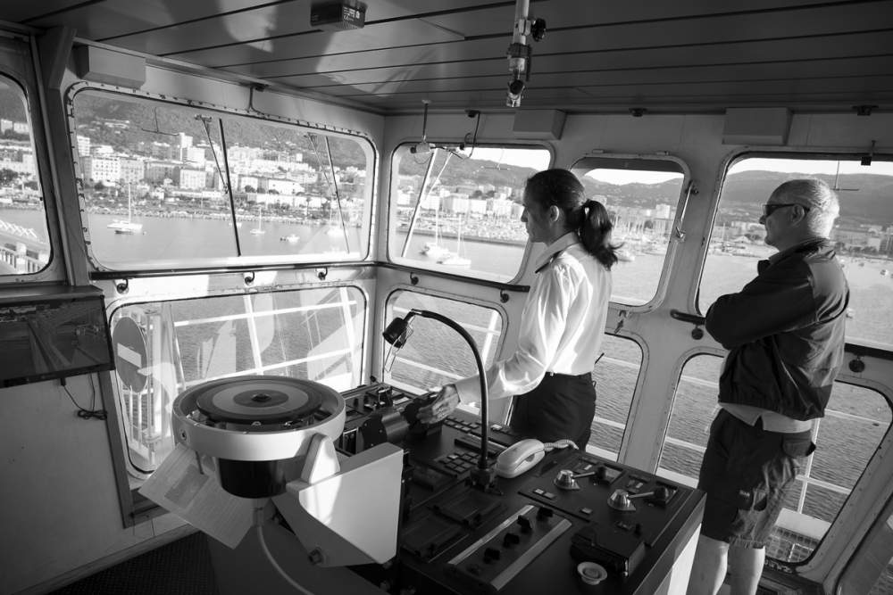 Le commandant de bord est à la manoeuvre pour mettre à quai le Girolata, sous l'oeil attentif du pilote du port d'Ajaccio