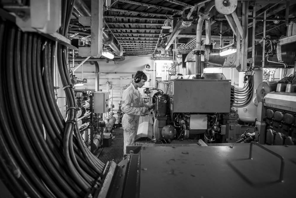 Travaux de maintenance sur les groupes electrogènes pendant l'escale