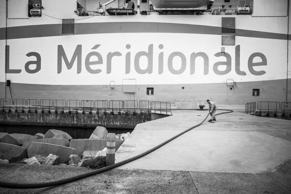 Pendant l'escale à Bastia, les matelots s'occupent de refaire le plein d'eau.