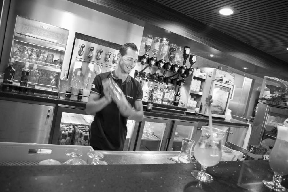 Le barman à la préparation d'un cocktail