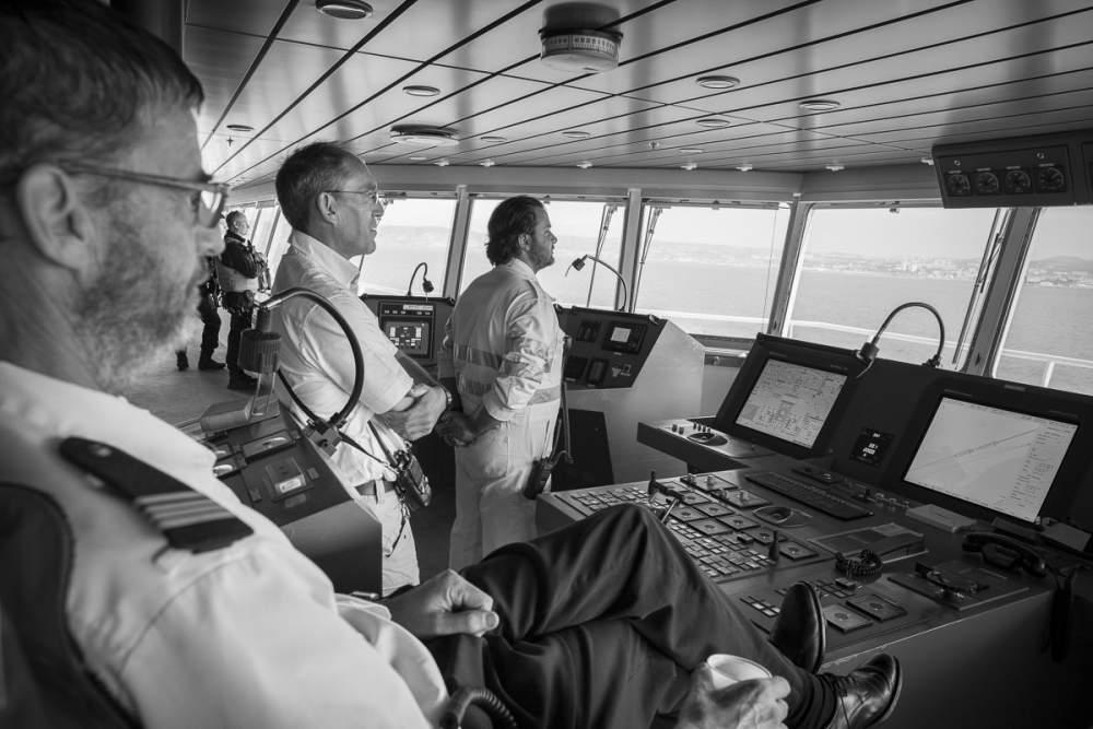 Arrivée dans le port de Marseille sous le contrôle du commandant de bord, du pilote et du premier lieutenant